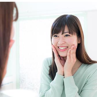 メイク後、鏡の中の自分にとびきりの笑顔を向けてみる。